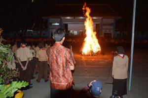 perayaan di pinggiran kehangatan api unggun